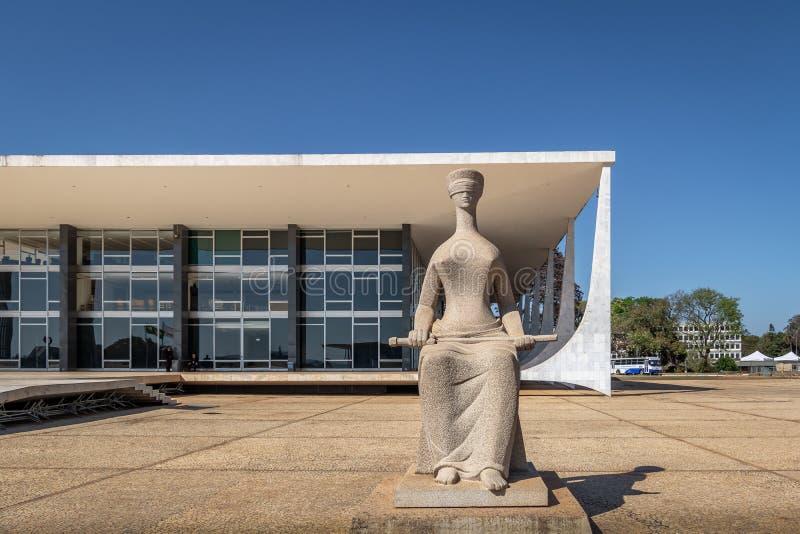 Rättvisan Sculpture framme av den Brasilien högsta domstolen - den federala Supremo domstolen - STF - Brasilia, federala Distrito royaltyfri foto