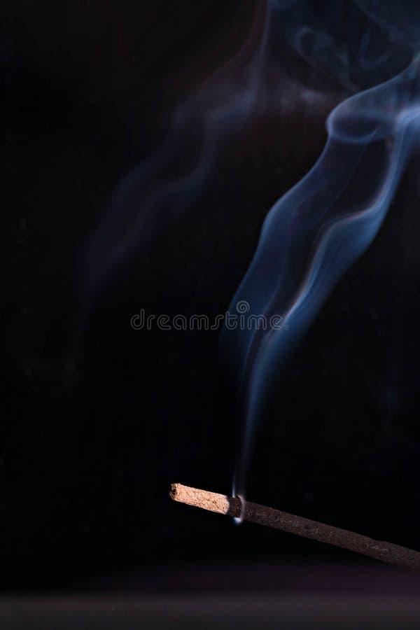 Räucherstäbchen-blaue Rauch-Aromatherapie stockfotografie
