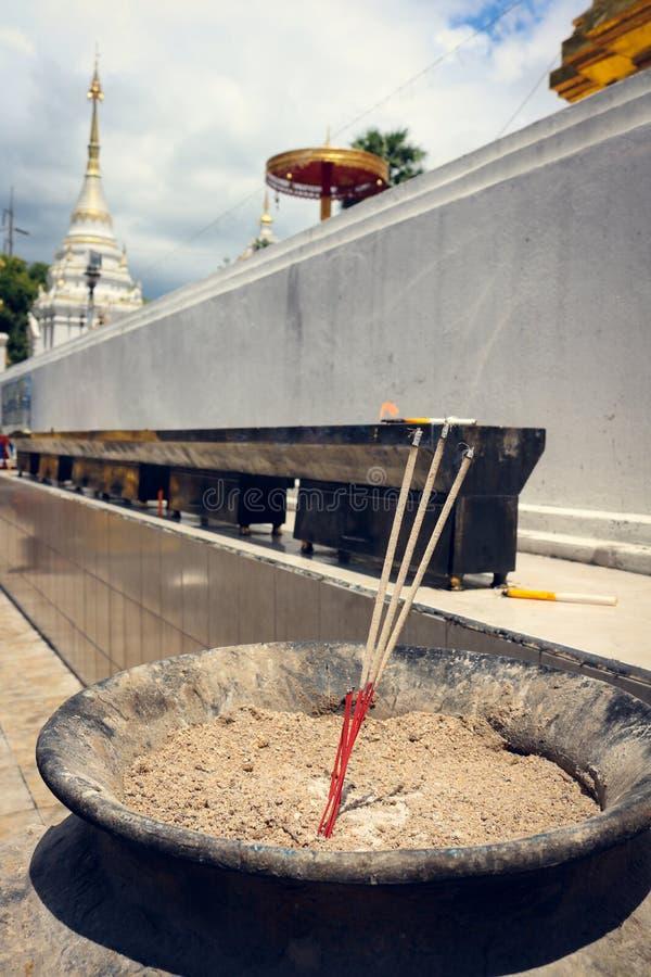 Räucherstäbchen für Anbetungspagode im Tempel stockbilder