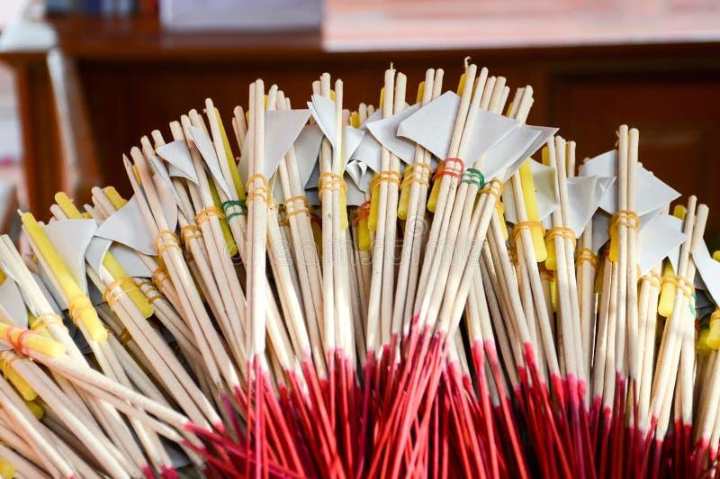 Räucherstäbchen und Kerzen für Respektbuddha-Statue lizenzfreie stockfotografie