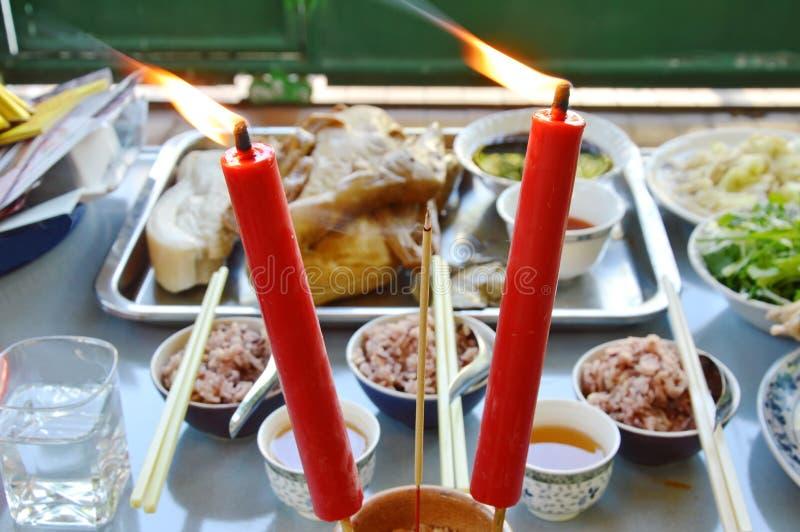 Räucherstäbchen und Lebensmittel kursieren für Angebotgott mit Vorfahr in der chinesischen Tradition stockfotos