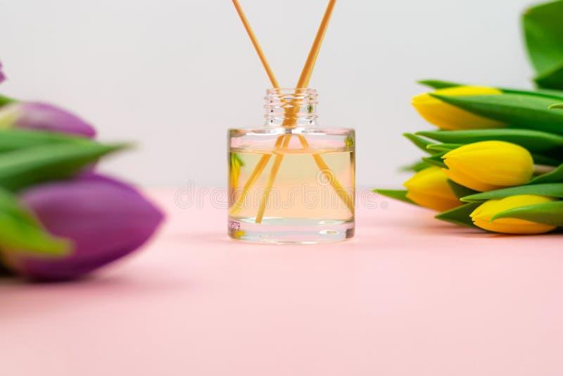 Räucherstäbchen und Tulpen auf rosa Hintergrund lizenzfreies stockbild