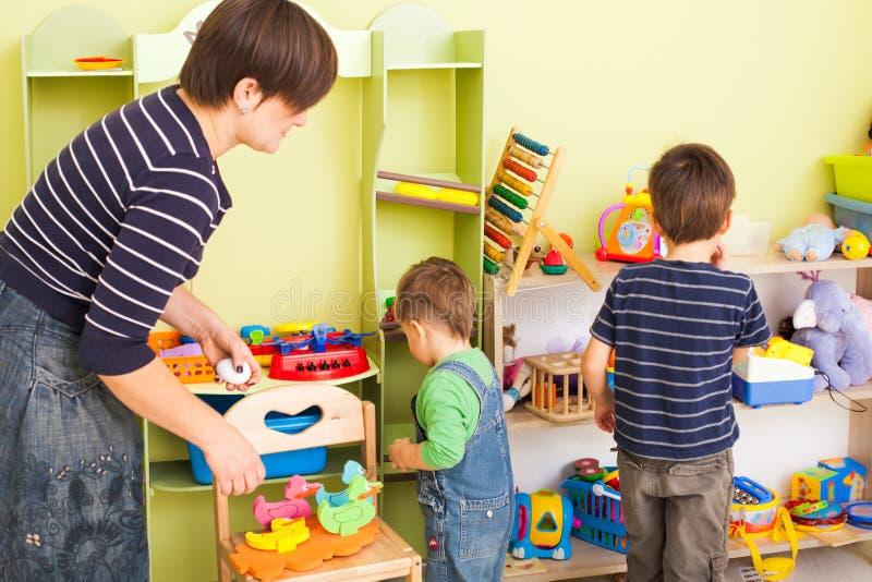 Räumen Sie auf, Spielwaren zu besitzen stockbild