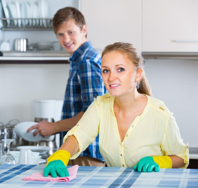 Räumt das helfende Hausfrauhandeln des Ehemanns auf stockfoto