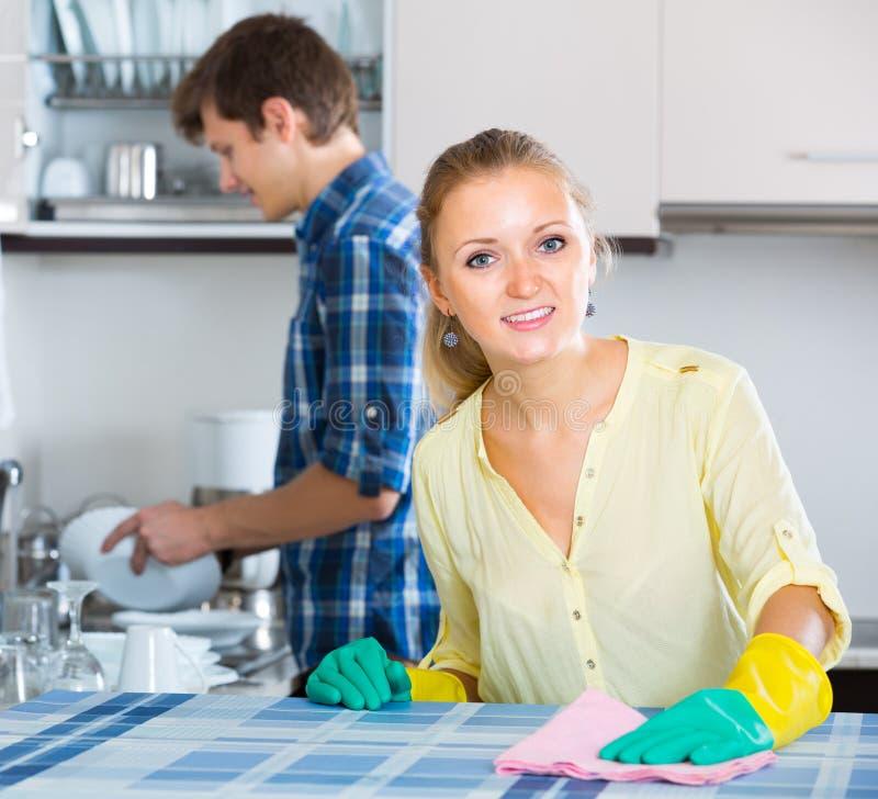 Räumt das helfende Hausfrauhandeln des Ehemanns auf lizenzfreie stockfotografie