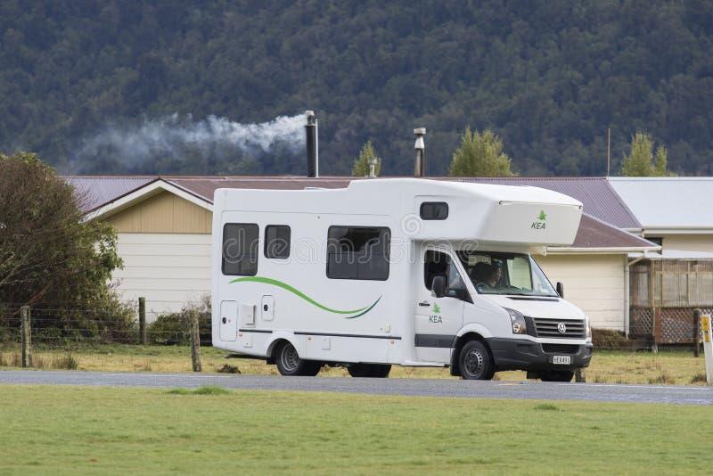 RÄVGLACIÄR NYA ZEELAND - SEPTEMBER 4: väg för parkering för campareskåpbil royaltyfri bild