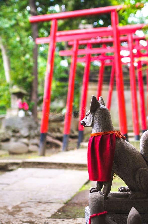 Rävstaty på shintorelikskrin fotografering för bildbyråer