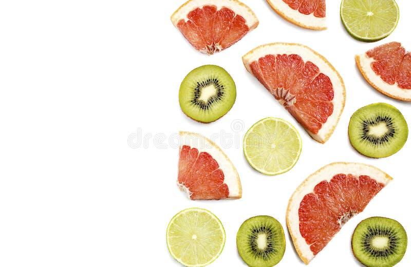 Rżnięty grapefruitowy na białym tle i zdjęcia stock
