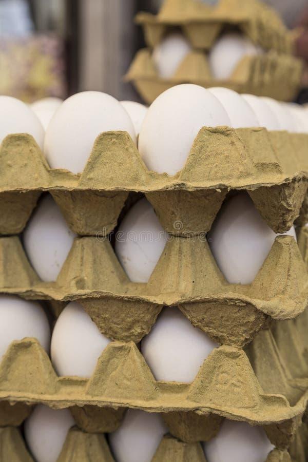 Rå ägg i låda visar till salu i en matmarknad arkivbilder