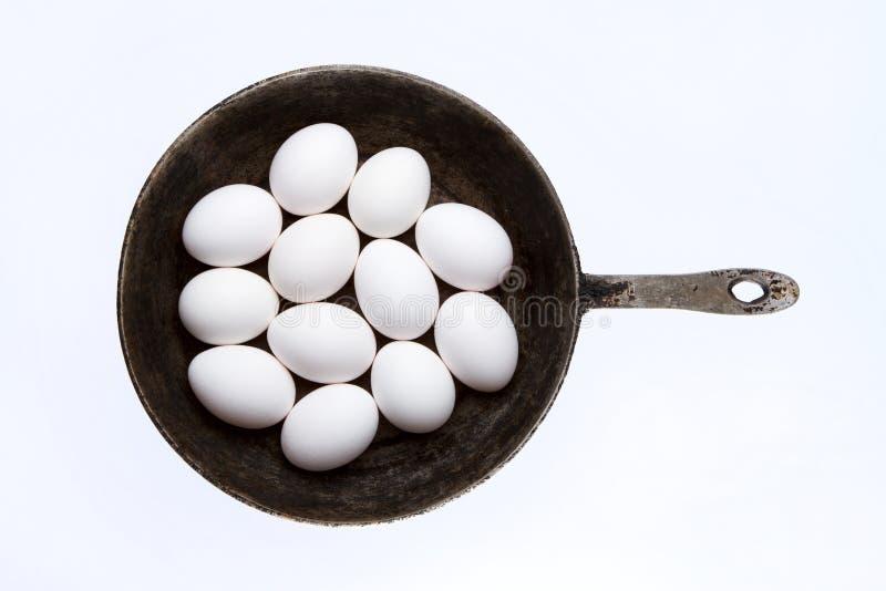 Rå ägg i stekpanna royaltyfria bilder