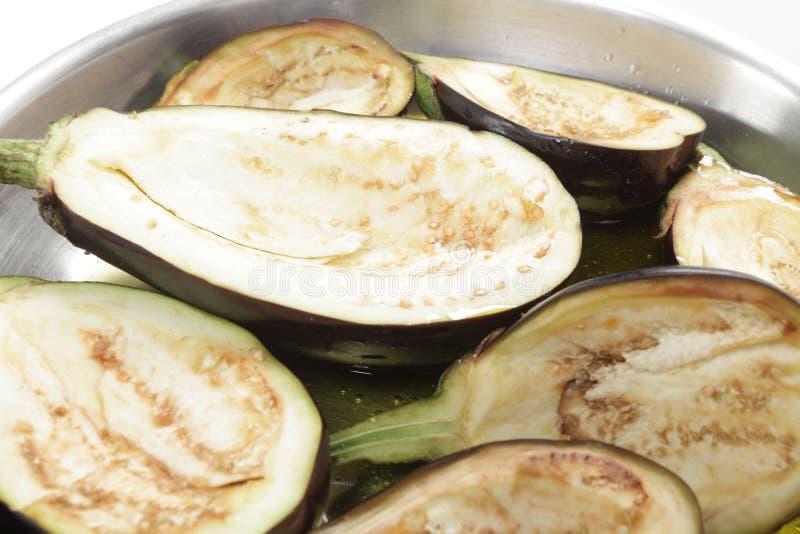 Rå aubergine i stekpanna royaltyfri bild