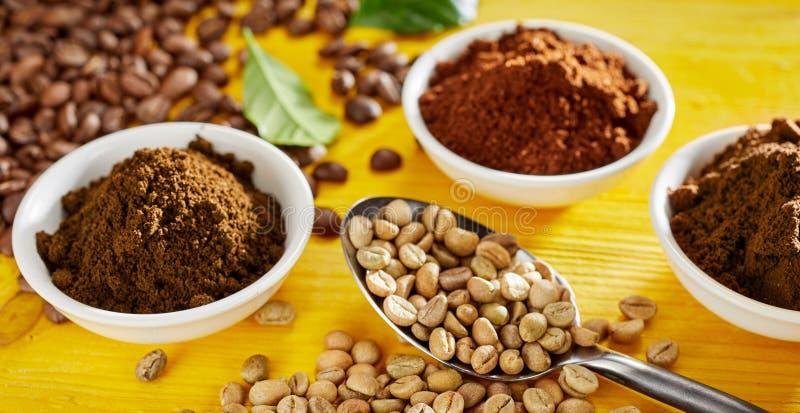 Rå bönor för vitt kaffe med nytt jordkaffe arkivfoto