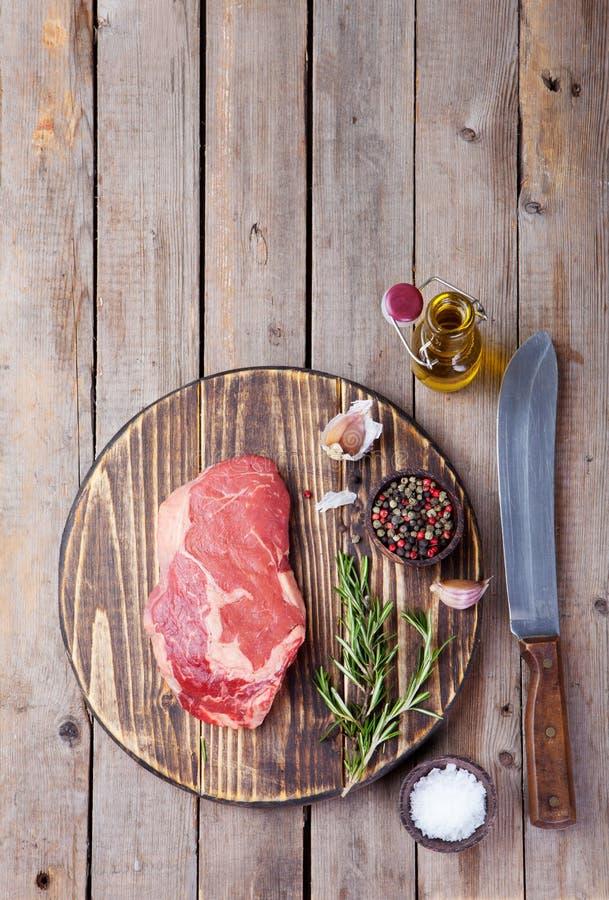 Rå biff för nytt kött med salt och peppar arkivbilder