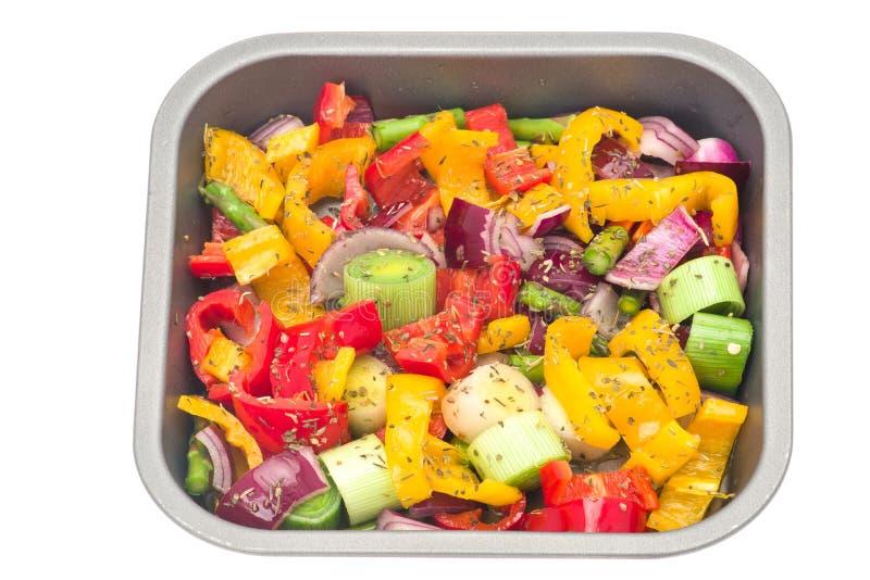 Rå blandade grönsaker ordnar till för stekande royaltyfria bilder