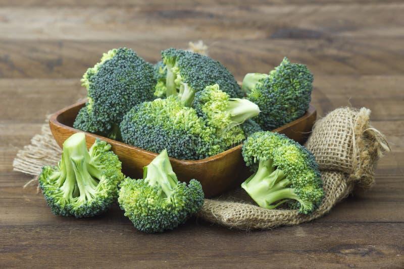 Rå broccoli i en bunke royaltyfria bilder