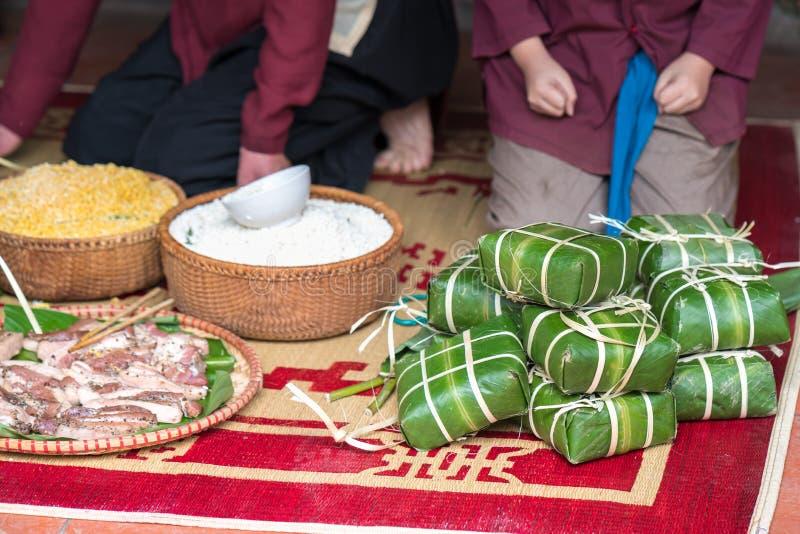 Rå Chung kaka, den viktigaste maten av det vietnamesiska mån- nya året Tet royaltyfri fotografi