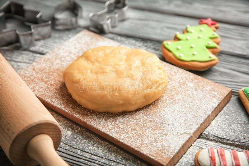 Rå deg för julkakor på träbräde arkivbild
