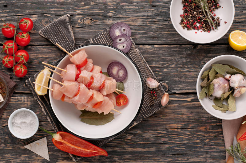 Rå feg kebab med körsbärsröda tomater royaltyfri foto