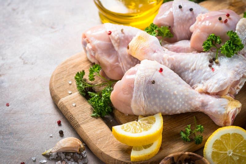 Rå fega trumpinnar och matlagningingredienser arkivfoton