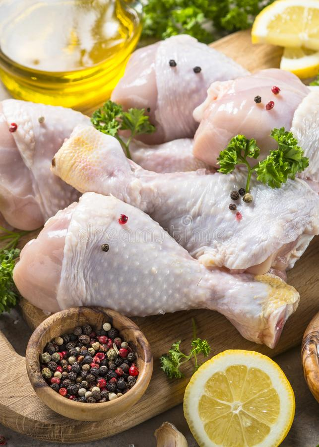 Rå fega trumpinnar och matlagningingredienser royaltyfria foton