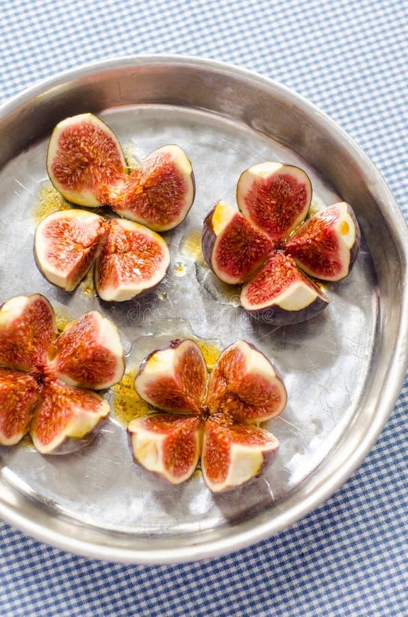 Rå fikonträd med olivolja och balsamic vinäger royaltyfri bild