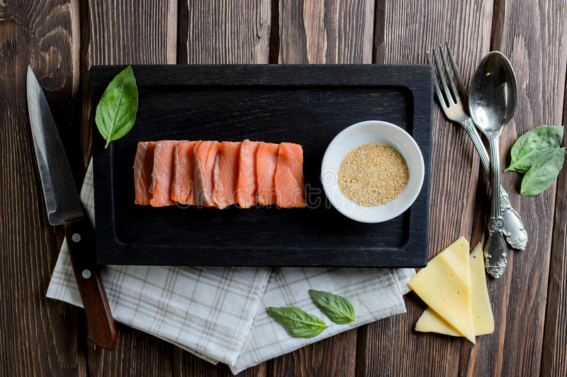 Rå filé av laxen med ost, basilika ny fisk arkivfoton