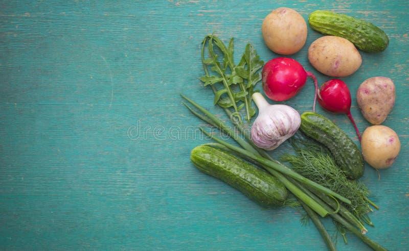 Rå grönsaker för healthily att laga mat på tappningblåttbakgrund, bästa sikt arkivfoton
