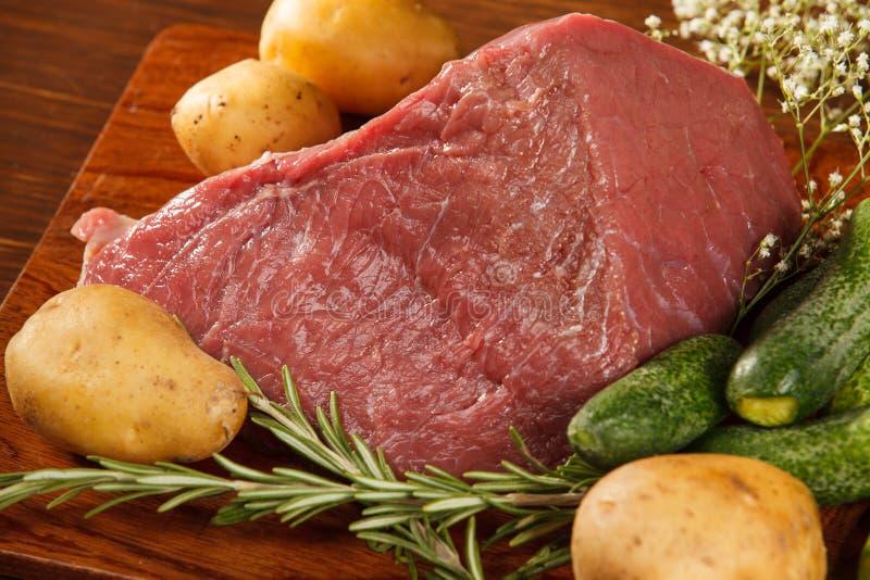 rå grönsaker för meat royaltyfria foton
