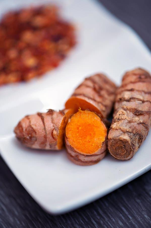 Rå gurkmeja rotar och kryddor royaltyfri bild