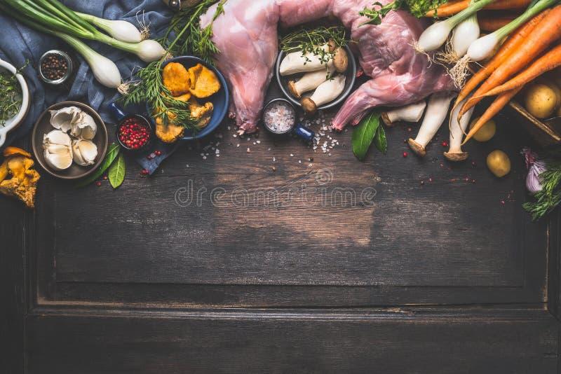 Rå hel kanin med nya grönsaker och champinjoner för smaklig kanin låter småkoka matlagning royaltyfria foton