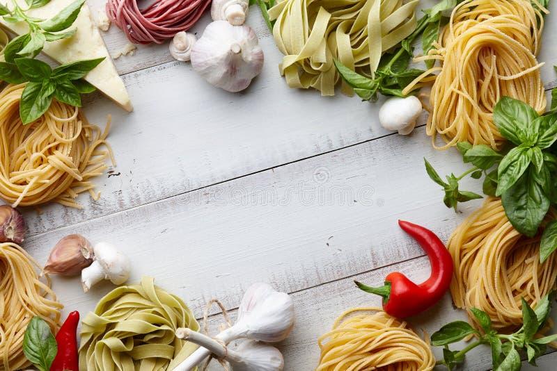 Rå hemlagad italiensk pastamatlagningprocess arkivbilder