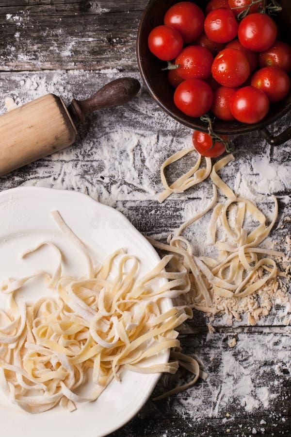 Rå hemlagad pasta med tomater royaltyfri foto