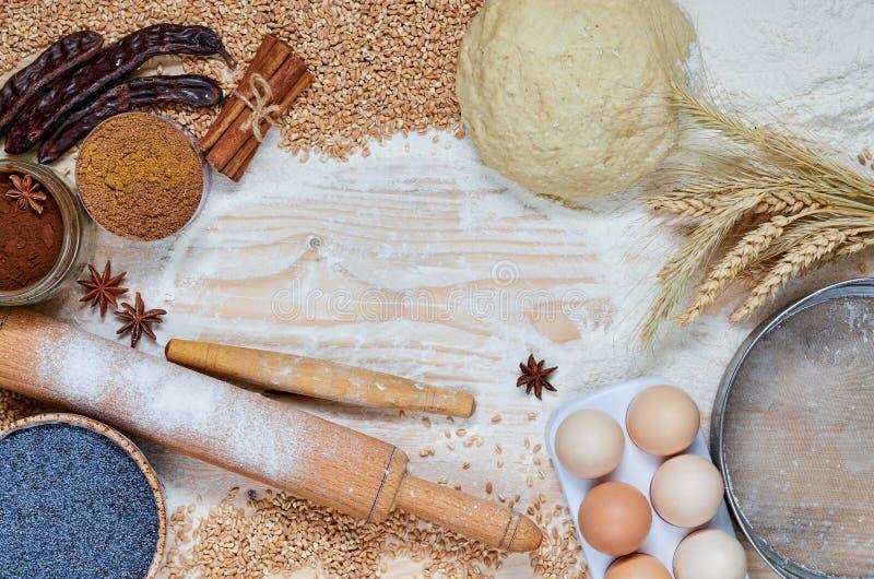 Rå ingredienser för att laga mat på en trätabell med kopieringsutrymme för text eller recept Stekhet bakgrund med ägg, kryddor, m arkivbilder