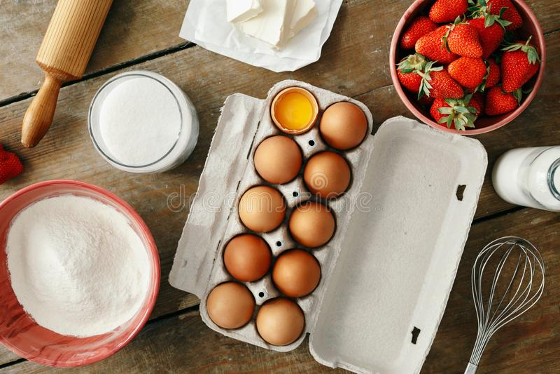Rå ingredienser som lagar mat beträffande för lägenhet för bästa sikt för jordgubbepajkaka lekmanna- royaltyfri foto