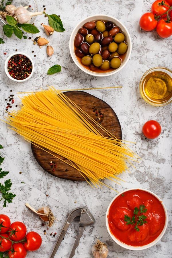 Rå italiensk spagetti med matingredienser arkivbilder