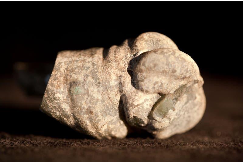 Rå jade, nefrit som isoleras på svart bakgrund royaltyfria bilder
