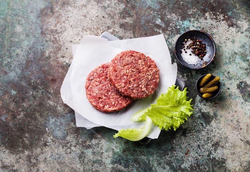 Rå jordkotletter för biff för nötköttkötthamburgare arkivfoton