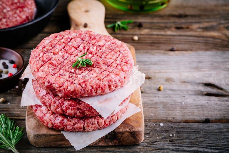 Rå jordkotletter för biff för nötköttkötthamburgare royaltyfri foto
