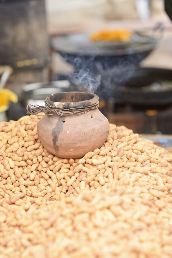 Rå jordnötter på indisk marknad royaltyfri fotografi