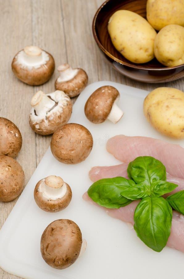 Rå kalkonfilet och potatisar royaltyfri fotografi