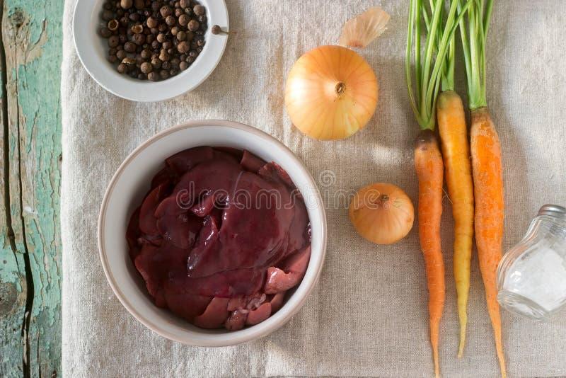 Rå kaninlever, grönsaker och kryddor för att laga mat pate eller ragu royaltyfria bilder