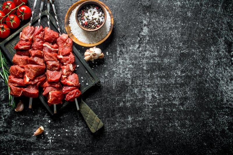 R? kebab med tomater, kryddor och vitl?kkryddnejlikor arkivfoton
