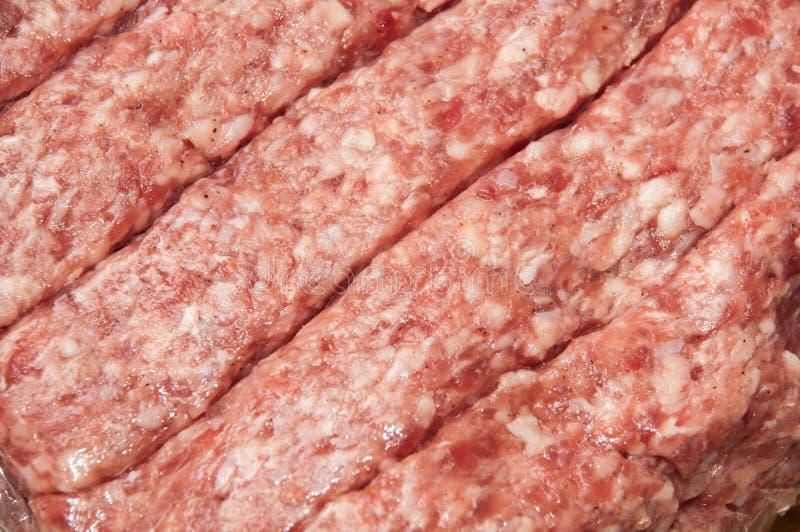 Rå kebaber som packas i plast- nylon arkivbilder