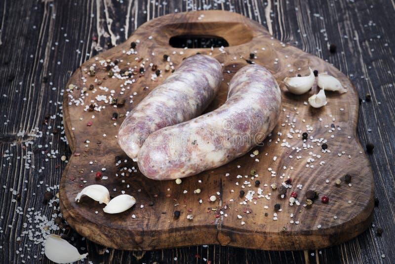 Rå korvar med vitlök och kryddigt arkivfoton