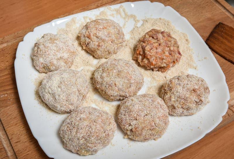 Rå kotletter av den rå köttfärsen för nötkött och för griskött royaltyfri bild