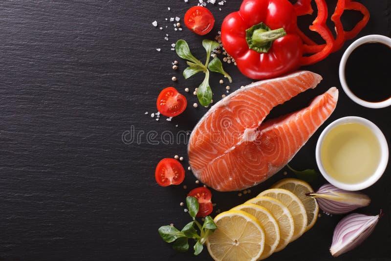 Rå laxbiff och grönsaker på en kritisera stiger ombord horisontalöverkant arkivfoton