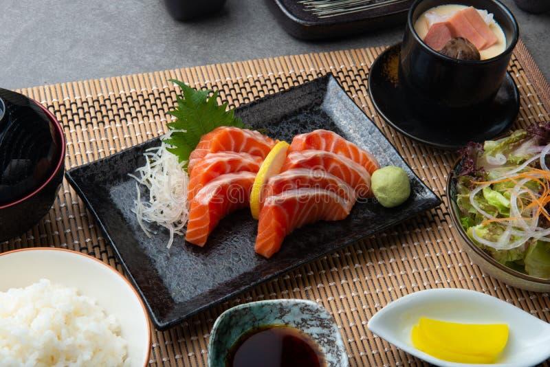 Rå laxskiva eller laxsashimi i ny serve för japansk stil arkivbilder