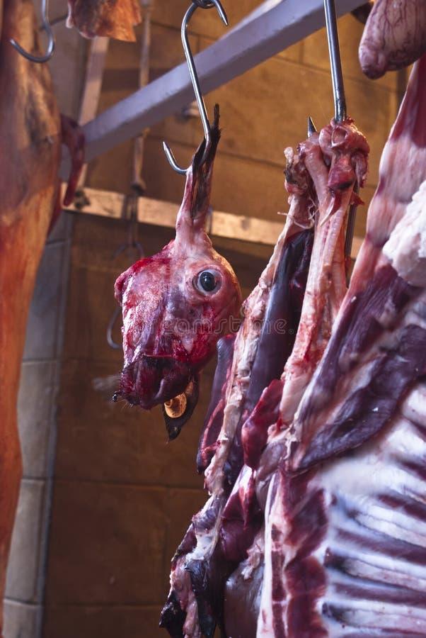 Rå meat i en carnage på marknadsföra royaltyfri foto