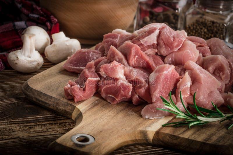 Rå meat som tärnas för stew arkivfoton