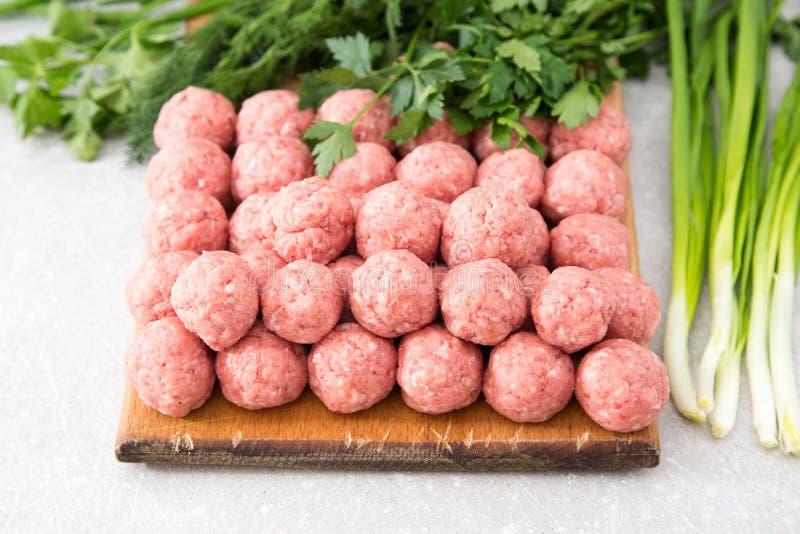 rå meatballs arkivbilder